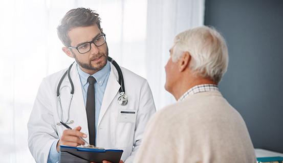 Arzt spricht mit einem Patienten