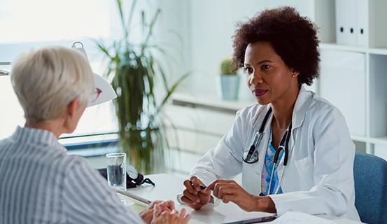 Ärztin hört einer Patientin zu