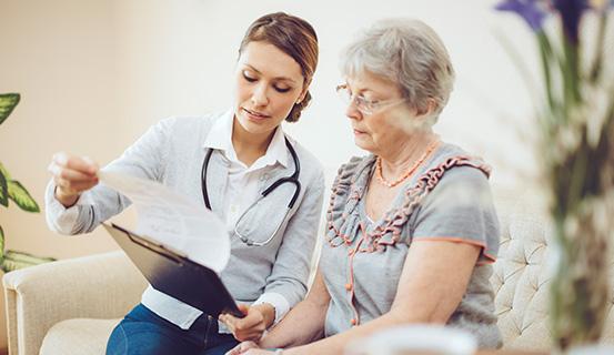 Ärztin klärt Patientin auf