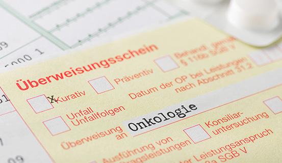 Ein Überweisungsschein mit der Beschriftung Überweisung an Onkologie