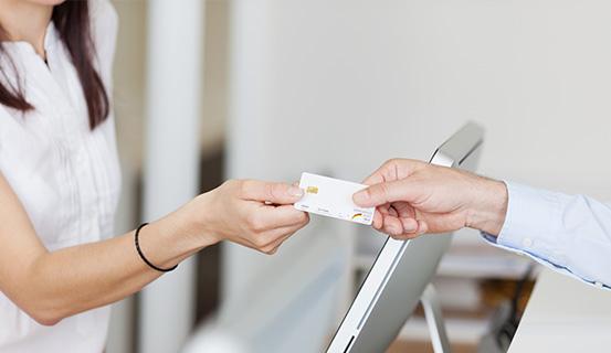 Ein Mann gibt einer Frau seine Versicherungskarte