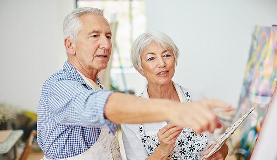 Älteres Ehepaar malt zusammen