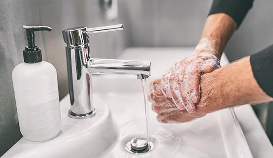 Mann wäscht sich die Hände