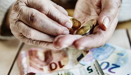 Bargeld in der Hand eines Erwachsenen