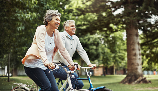 Älteres Ehepaar fährt Fahrrad