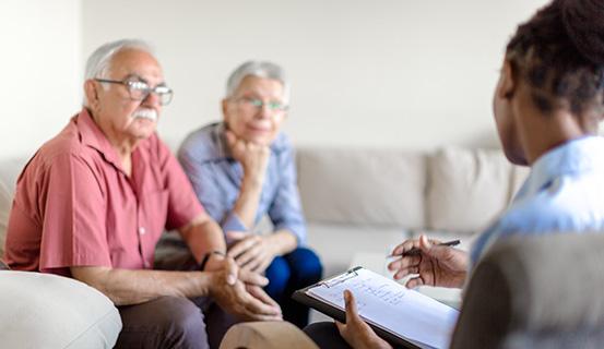 Ärztin klärt älteres Ehepaar auf